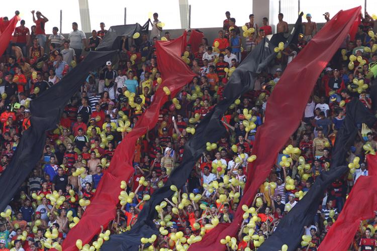 07/12/2014. Credito: Ricardo Fernandes/DP/D.A Press. Jogo entre Sport x Sao Paulo, pelo Campeonato Brasileiro da serie A, na Arena Pernambuco, em Sao Lourenco da Mata. Na foto, a torcida do Sport.